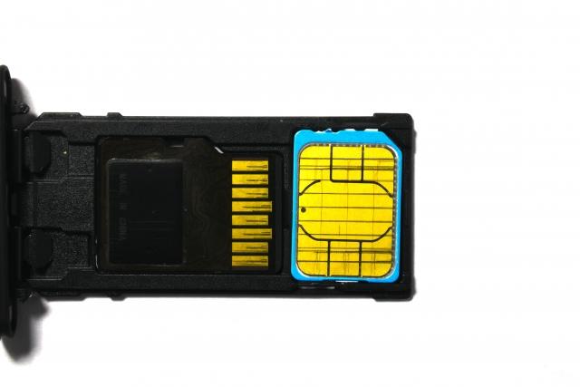マイクロSDとSIMカード