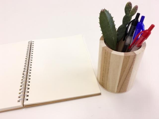 ペン立てとノート