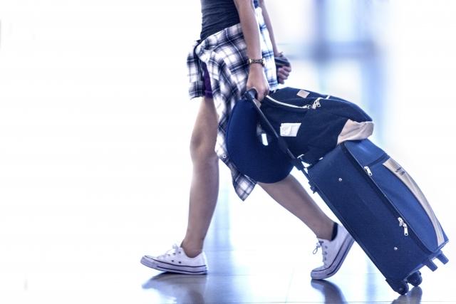 旅行に出かける女性