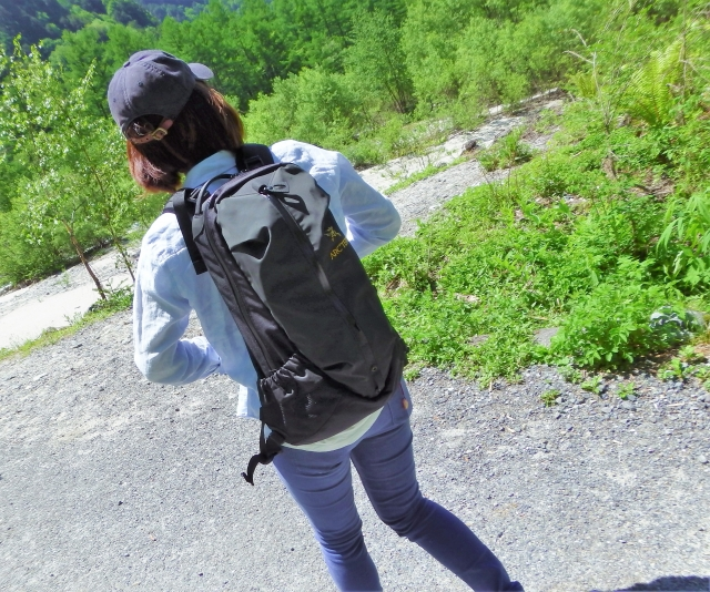 ハイキング中の女性