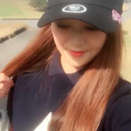 ゴルフマーカーのついたキャップをかぶっている画像