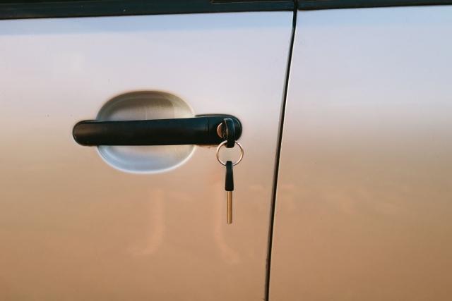 自動車のドアに入れた鍵