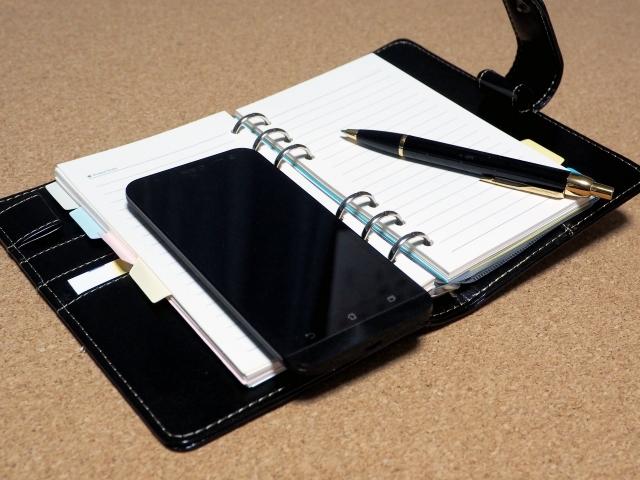 システム手帳とペン、スマホ